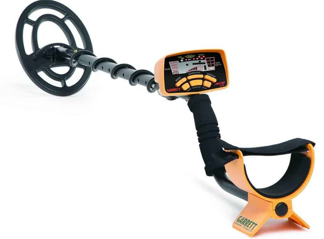 What are some highly rated metal detectors according to experts?